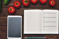 Dieting концепция со смартфоном и блокнотом и ручкой окруженными сериями здорового фрукта и овоща стоковое фото rf