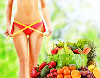 dieting Dieta equilibrada basada en verduras orgánicas crudas imagenes de archivo