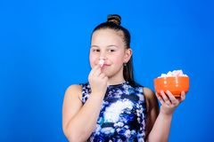 Dieting i kaloria S?odki z?b Zdrowy jedzenie i stomatologiczna opieka Ma?a dziewczyna je marshmallow szczęśliwa małe dziecko miło zdjęcia royalty free