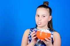 Dieting i kaloria S?odkiego z?bu poj?cie Zdrowy jedzenie i stomatologiczna opieka Marshmallow Cukierku sklep Ma?a dziewczyna je obraz stock