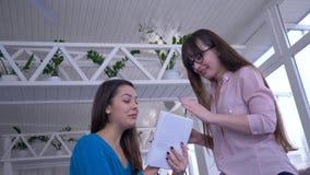 Dieting i ludzie, szczęśliwe dziewczyny opowiada mieć zabawę podczas lunchu w wygodnej kawiarni i piszemy puszek diety planie z c zbiory wideo