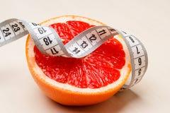 dieting Pamplemousse avec la bande de mesure image stock