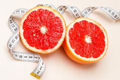 dieting Pamplemousse avec la bande de mesure photo libre de droits