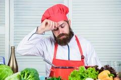 Dieting ?ywno?? organiczna Zm?czony brodaty m??czyzna szefa kuchni przepis Kuchnia kulinarna vite Zdrowy karmowy kucharstwo Dojrz obraz stock