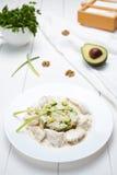 Dietisk kalkon- eller hönafilé med kräm- sås, ris, avokado royaltyfri fotografi
