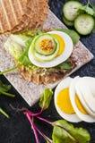 Dietisk smörgås med ägget och grönsaker Fotografering för Bildbyråer