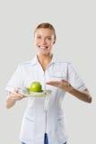 Dietista che si tiene per mano mela e misurazione Fotografia Stock Libera da Diritti