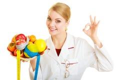 Dietista di medico che raccomanda alimento sano. Dieta. Fotografia Stock Libera da Diritti