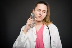 Dietista femminile che si raffredda con la bottiglia di acqua Fotografie Stock Libere da Diritti