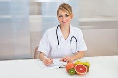 Dietista femminile in clinica Fotografia Stock Libera da Diritti