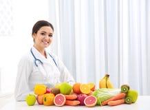 Dietista femminile con differenti frutta e verdure immagini stock libere da diritti