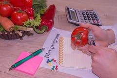 Dietista femminile Examining Fresh Vegetables con lo stetoscopio immagine stock libera da diritti
