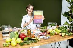 Dietista que promove comer equilibrado saudável imagem de stock