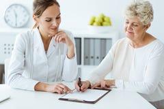 Dietisten och diabetiskt diskutera bantar arkivfoton