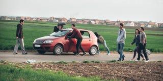 Dietro improvvisazione di scena Il gruppo delle troupe cinematografica che spinge l'automobile con è venuto fotografie stock libere da diritti
