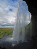 Dietro la cascata islandese famosa Seljalandsfoss immagine stock libera da diritti