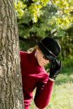 dietro la donna dell'albero immagini stock libere da diritti