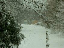 Dietro la finestra nevicare Immagini Stock