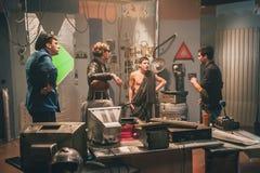 Dietro la scena Scena di film di contaminazione delle troupe cinematografica in studio immagine stock libera da diritti