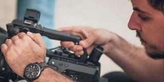 Dietro la scena Scena del film della fucilazione del cineoperatore con la sua macchina fotografica fotografie stock libere da diritti