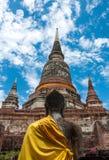 Dietro la statua di Buddha ed il vecchio tempio in Tailandia Immagine Stock