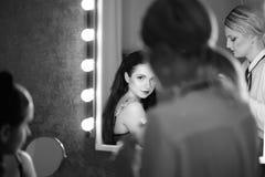 Dietro le quinte - componga la sessione con due ragazze       giovane donna nuda fotografia stock