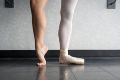 Dietro le scarpe del pointe del ` s del ballerino di balletto fotografia stock libera da diritti