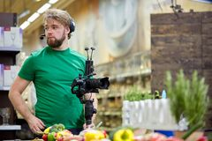 Dietro le scene della fucilazione di film o produzione e troupe cinematografica del video team con l'attrezzatura della macchina  fotografie stock