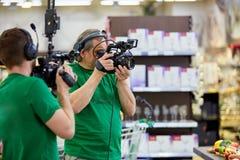 Dietro le scene della fucilazione di film o produzione e troupe cinematografica del video team con l'attrezzatura della macchina  fotografia stock