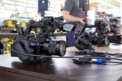 Dietro le scene della fucilazione di film o produzione e troupe cinematografica del video team con l'attrezzatura della macchina  immagine stock
