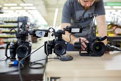 Dietro le scene della fucilazione di film o produzione e troupe cinematografica del video team con l'attrezzatura della macchina  immagine stock libera da diritti