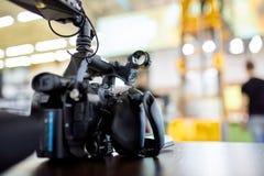 Dietro le scene della fucilazione di film o produzione e troupe cinematografica del video team con l'attrezzatura della macchina  fotografia stock libera da diritti