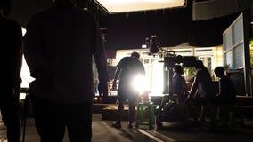 Dietro le scene di video siluetta del gruppo della squadra di produzione della fucilazione fotografie stock libere da diritti