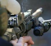 Dietro un fucile di assalto Fotografia Stock