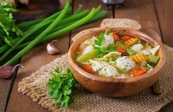 Diety jarzynowa polewka z kurczaków klopsikami i świeżymi ziele Obraz Stock