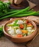 Diety jarzynowa polewka z kurczaków klopsikami i świeżymi ziele Zdjęcie Royalty Free