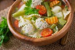 Diety jarzynowa polewka z kurczaków klopsikami i świeżymi ziele Obrazy Stock