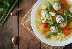 Diety jarzynowa polewka z kurczaków klopsikami i świeżymi ziele Odgórny widok Obrazy Royalty Free