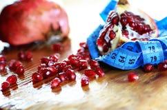 Diety mesaure owocowy granatowiec na drewnie Obraz Stock