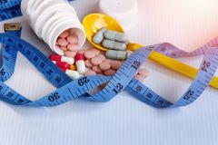 Diety pojęcie; Schudnięcie pigułkami, niebezpiecznymi dla zdrowie zdjęcia stock