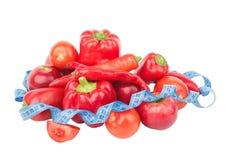 Diety pojęcie: Ustawia od czerwonego dzwonkowego pieprzu, gorącego chili pieprzu i jabłka z pomiarową taśmą, Obrazy Royalty Free