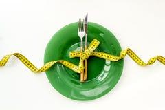 Diety poj?cie z talerzem, flatware i pomiarow? ta?m? dla ci??ar straty na bia?ego t?a odg?rnym widoku, zdjęcia royalty free