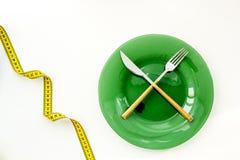 Diety poj?cie z talerzem, flatware i pomiarow? ta?m? dla ci??ar straty na bia?ego t?a odg?rnym widoku, zdjęcia stock