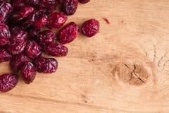 Diety zdrowy jedzenie. Granica wysuszeni cranberries na drewnianym tle Fotografia Royalty Free