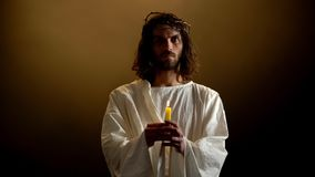Dieu dans la couronne de la bougie de participation d'épines, martyre saint priant pour des personnes, gentillesse photo libre de droits