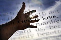 Dieu est écriture sainte d'amour en bible Photos libres de droits