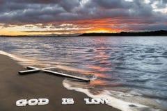 Dieu est rivière de croix d'amour Photographie stock