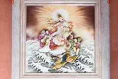 Dieu et dragon chinois de Guan Yin (Guan Im) dans l'océan Photographie stock