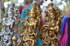 Dieu-Krishna indou avec la déesse féminine jouant la cannelure photos stock