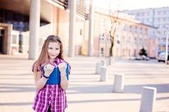 Diez años de la colegiala observada azul que lee un libro Fotografía de archivo libre de regalías